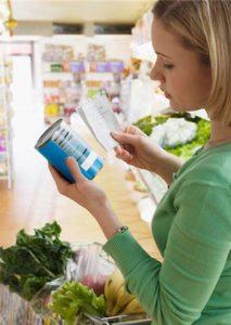 food.label.woman-reading