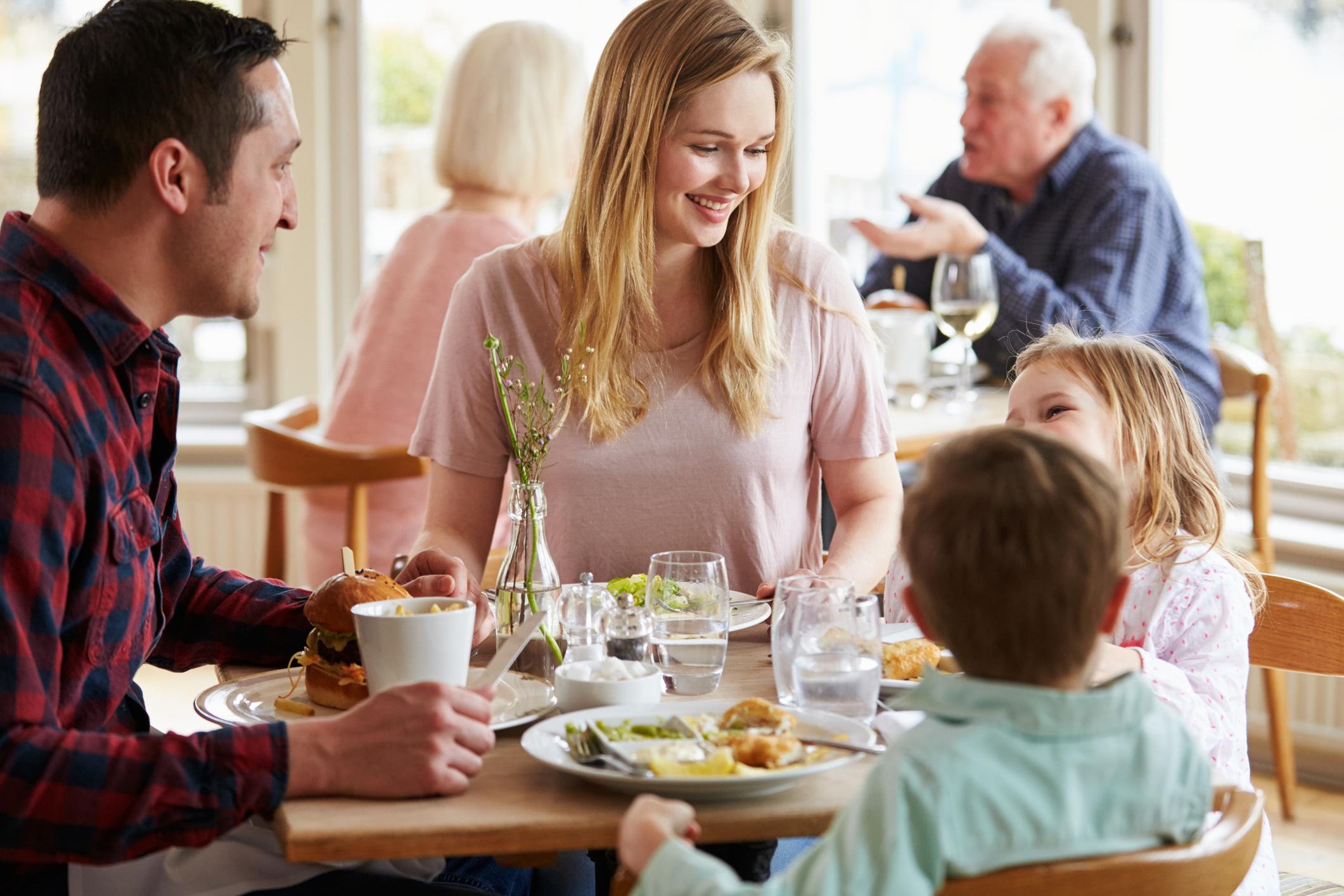family eating at restaurant - 960×640