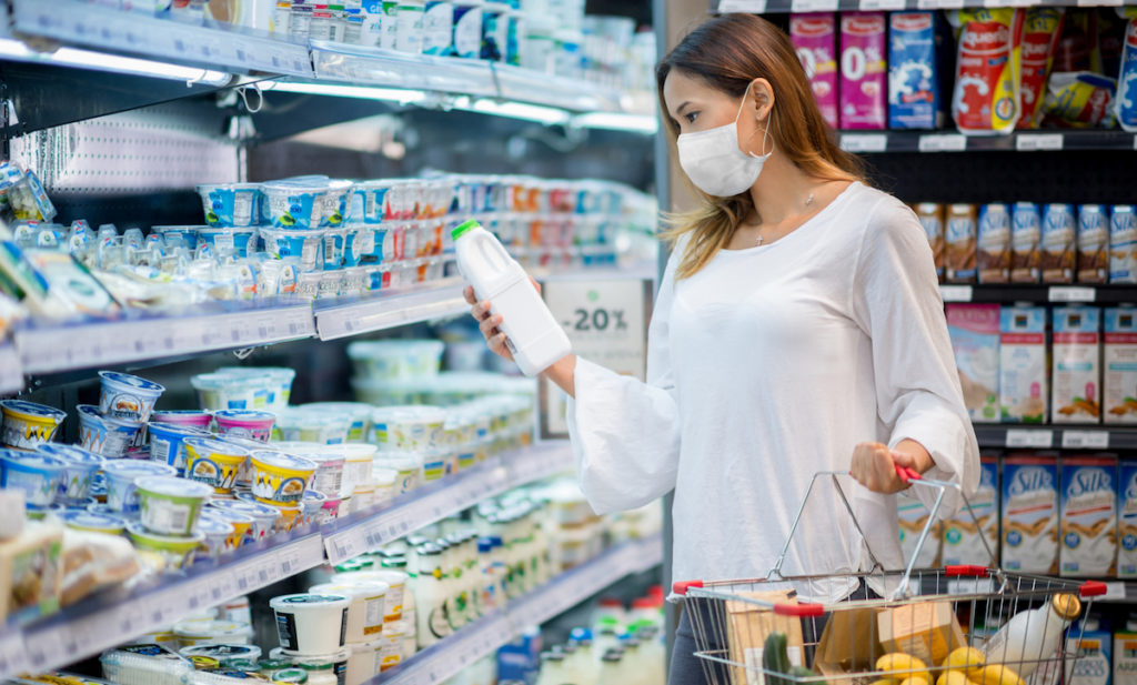 Portrait of a woman shopping at the grocery store wearing a facemask to avoid the coronavirus - pandemic concepts (Portrait of a woman shopping at the grocery store wearing a facemask to avoid the coronavirus - pandemic concepts , ASCII, 118 co